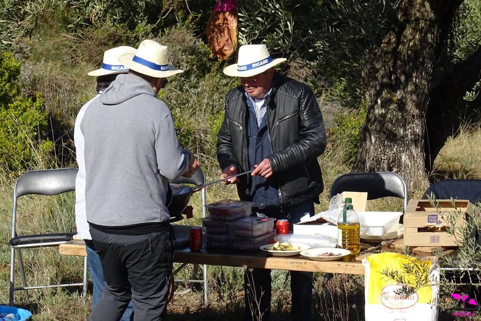 Los miembros de la Peña La Cojonera ambientando el trial como cada año con su particular chiringuito