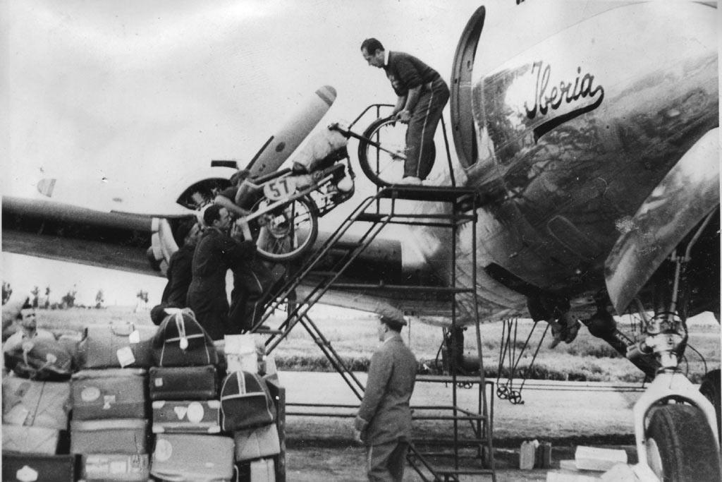 Descargando-las-motos-montesa-del-TT-Isla-de-man-1951