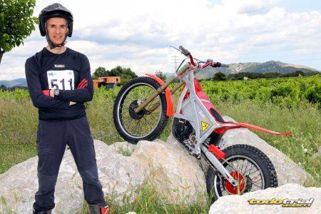 Joan Solé con una moto