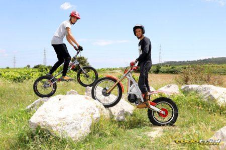 Joan Solén y su hermano con dos motos